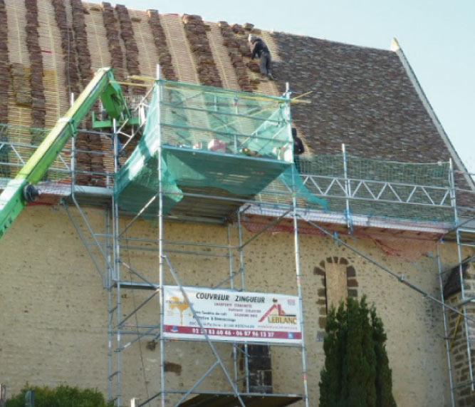 Remaniage de tuiles anciennes après de la pose d'une sous-toiture + remplacement de la sablière en chêne de l'église Saint-Denis d'Authou en Eure-et-loir