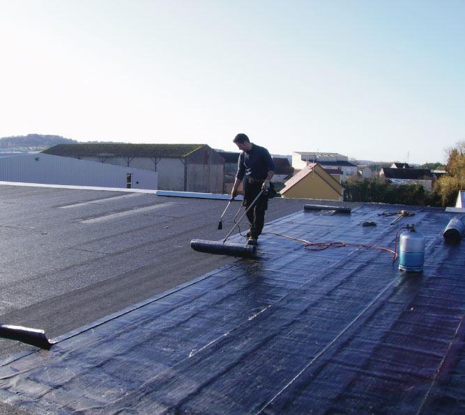 La création d'une toiture plate demande au niveau de l'étanchéité de la membrane étanche (EPDM ou bitume) une attention particulière de nos étancheurs intervenant aux alentours de La Ferté-Bernard en Sarthe entre Nogent-le-Rotrou et Vibraye